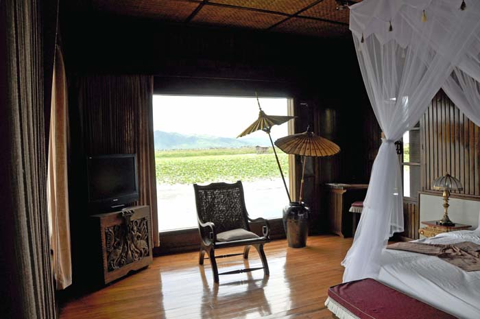 Inle Resort Lake Front Royal Villa bedroom