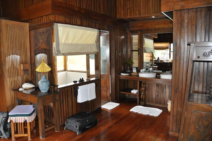 Inle Resort Lake Front Royal Villa bathroom